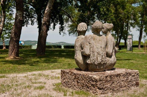 Statue at the Eastern strand / Szobor a Keleti strandon
