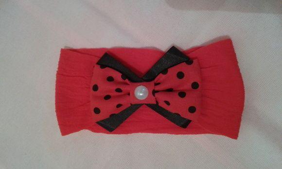 Faixa de meia de seda vermelha para bebê com laço de tecido e fita de cetim. R$ 8,00