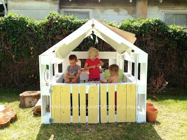 Ein Kinderhaus mit Paletten zu spielen? Warum nicht? Es ist eine Idee, die wir bei ahappywanderer.com finden und hier werde ich Ihnen erklären, wie es zu tun. 4 Holzpaletten bis 3 Wände und eine Tü…
