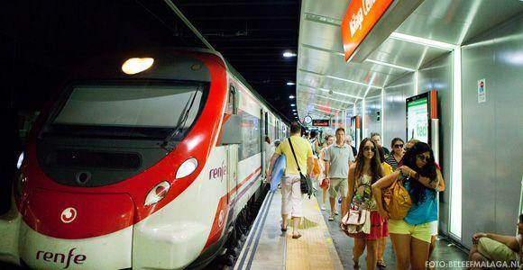 Trein vliegveld Málaga naar Málaga centrum. Een ideale manier om na aankomst op Malaga airport snel te kunnen genieten van deze leuke stad. De trein in Malaga is snel, makkelijk en een er is een station dichtbij het historisch centrum. Kijk hier voor een beschrijving met kaart: http://www.beleefmalaga.nl/malaga-trein-vliegveld/ handig om mee te nemen reis.