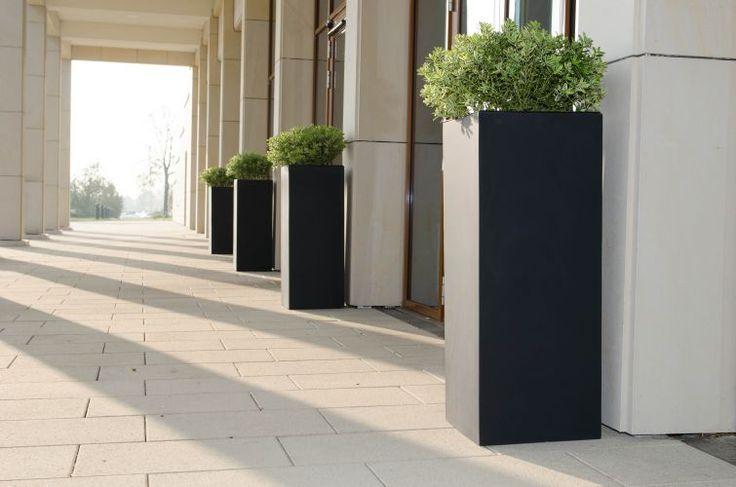 Pflanzkübel Anthrazit aus Fiberglas in Form von rechteckigen Säulen. Tolle Dekoration für dich.