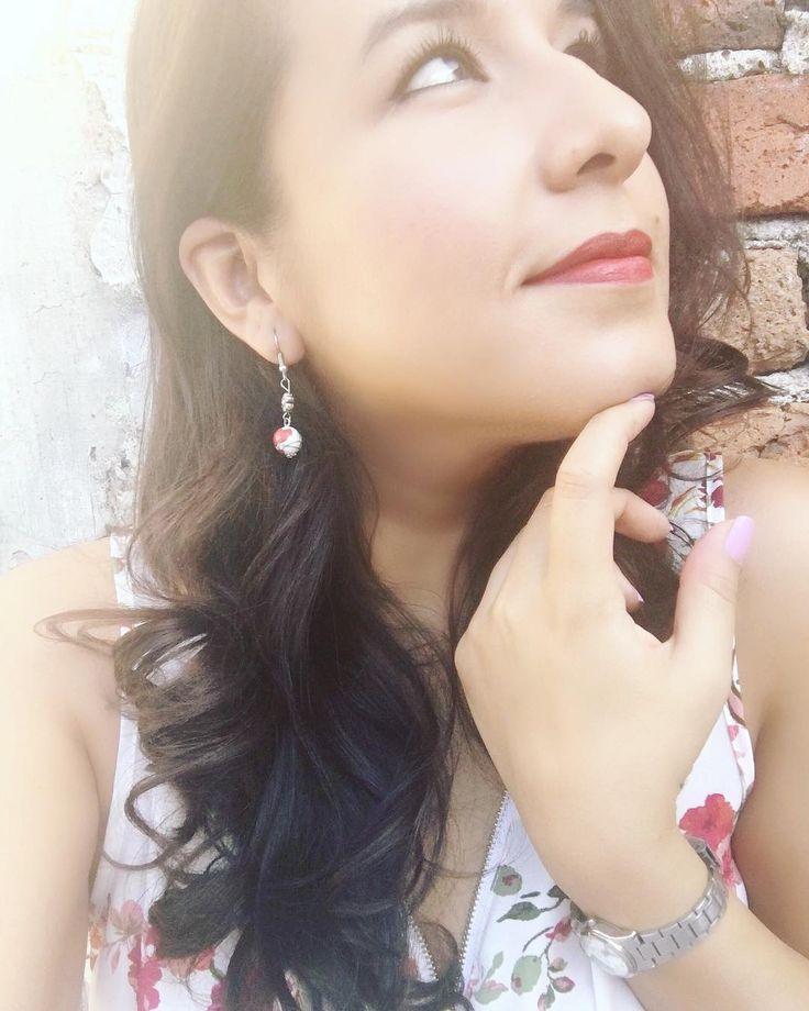 Manita de artritis! �� (Auto bullying) #sinolegustanomesiga #guapa #brunette #morena #photooftheday #flowers #flores #outfitoftheday #outfit #flowerblouse #sinomeechoporrasquien #colors #redlips #redlipstick #curlyhair #sun #light #makeup #eyeliner #photography #photographylover http://ameritrustshield.com/ipost/1540240990864933940/?code=BVgCQVJAAQ0