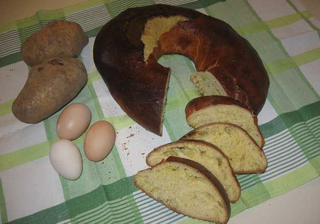 Il cocolozzo è un classico dolce molisano, tipico di Carovilli e del periodo pasquale. Una delle ricette per dolci realizzate ancora oggi.