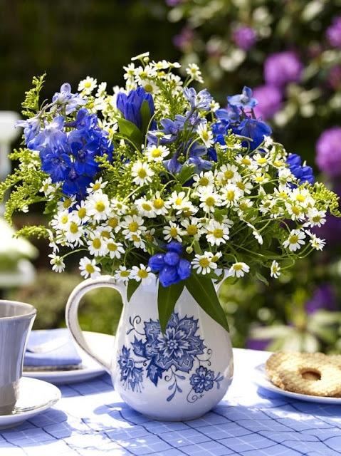 Zomer op tafel met bloemen. Blue Gentiana, Delphinium & White Kamille