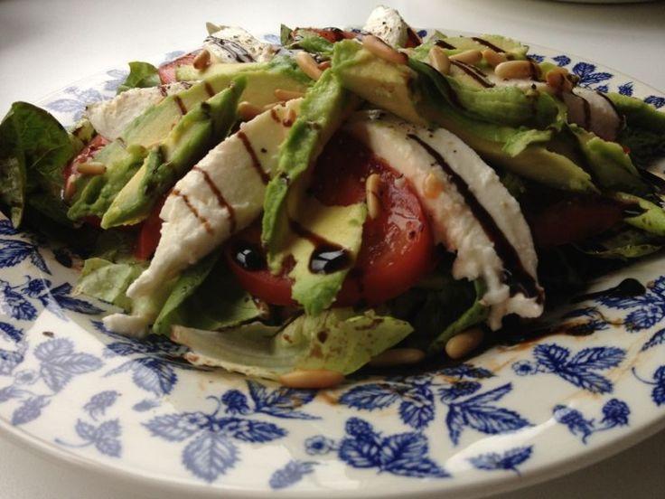Salade met avocado, mozzarella, tomaat en lente-ui