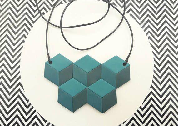 Ehi, ho trovato questa fantastica inserzione di Etsy su https://www.etsy.com/it/listing/511217398/collana-geometrica-con-cubi-blu-ottanio