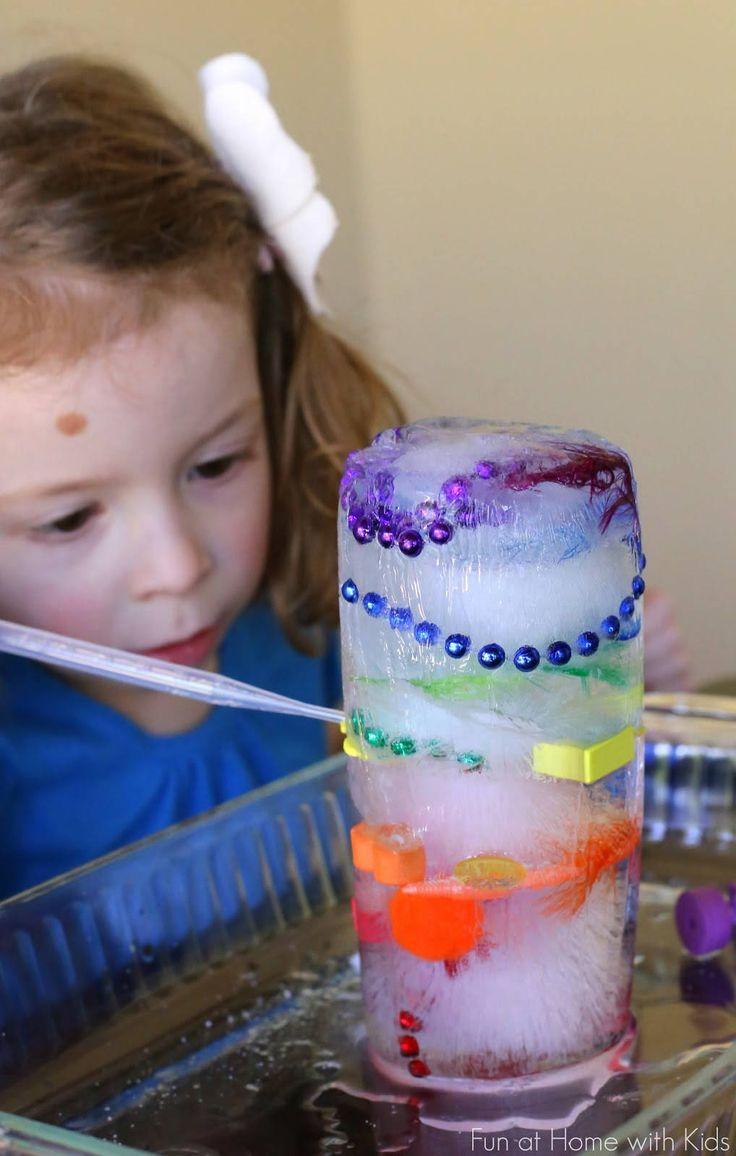 11 activités les plus drôles que vous pouvez faire avec vos enfants ! seulement besoin d'un grand vase (ou bouteille en plastique) et d'objets de couleur à bloquer dans la glace. Donnez à vos enfants de petites bouteilles d'eau ainsi que du sel, et leurs fouilles peuvent commencer