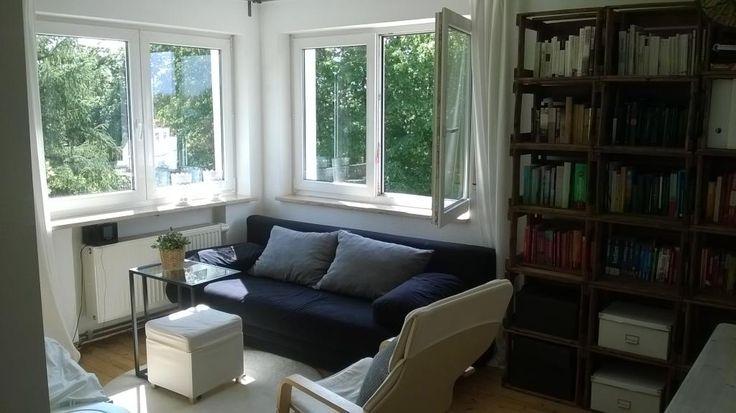 Lichtdurchflutetes, helles  Wohnzimmer mit blauer Couch in einer WG in #Nürnberg