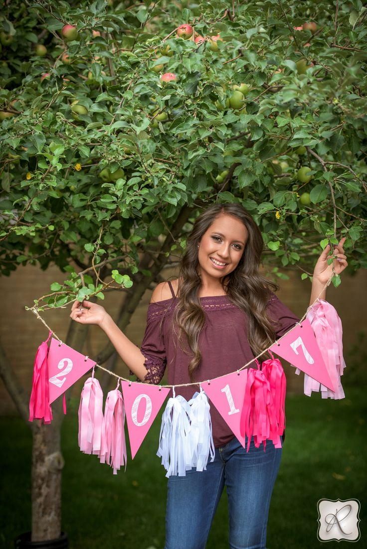 Unique and cute senior picture props // 2017 banner to use when taking senior pictures