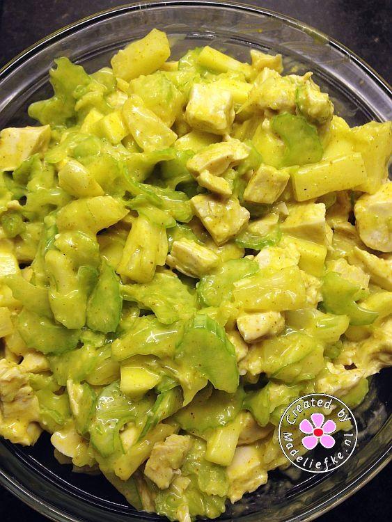 Kip kerrie salade. 300 gr gekookte kip, 1 appel, 1 klein blikje ananas, 5 stengels bleekselderij, 2 el halfvolle fritessaus en veel kerriepoeder.