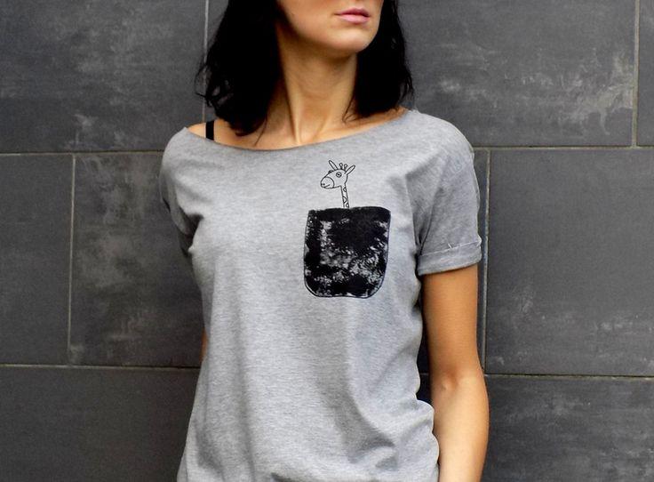 """t-shirt luźny fason MALOWANE KIESZONKI """"ŻYRAFA"""" - AK-Creativo - Koszulki z napisami"""