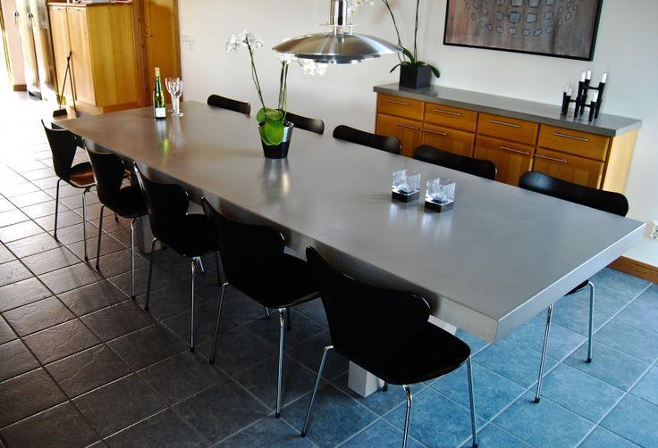 Matsalsbord 3,2 meter långt där även benen är i betong