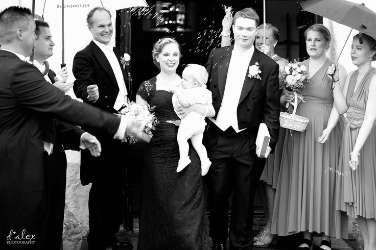 Tossing the rice at bride & groom to wish them good-luck, prosperity and well-being  #finland #porvoo #summer #wedding #kialamannor #kiialankartano