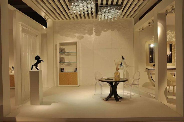 Dal nostro stand di Dubai...Boiserie modulare pantografata in MDF e vetrina in listellare MDF, mensole in cristallo e ante pantografate con applicazione fogliaoro...
