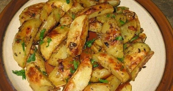 Запеченный с травами и специями картофель очень вкусный и более полезный, чем картофель фри. Может быть самостоятельным блюдом с салатом, а может – отличным гарниром к мясным блюдам