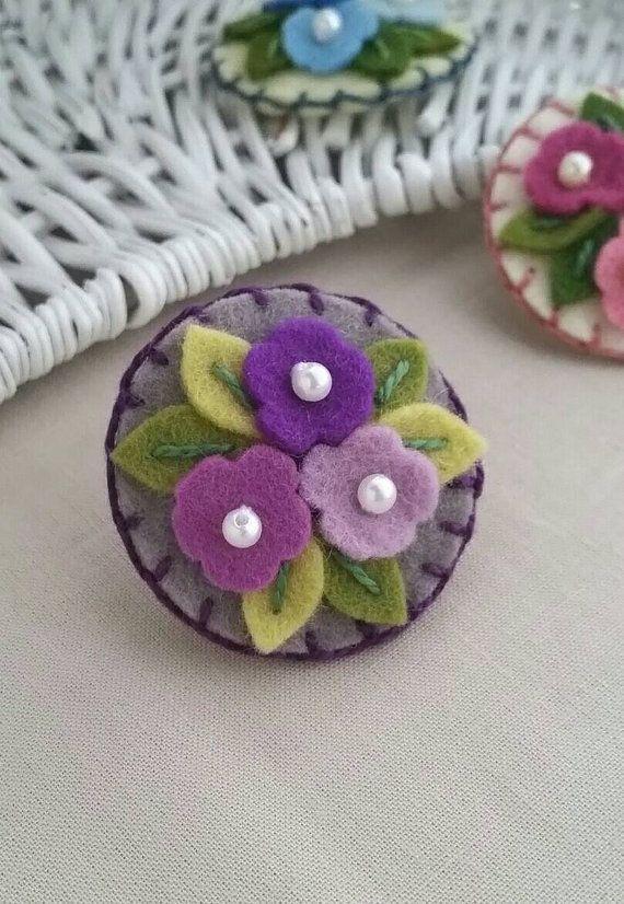 Artículos similares a Racimo de flores violetas lana fieltro bebé broche (pequeño) en Etsy