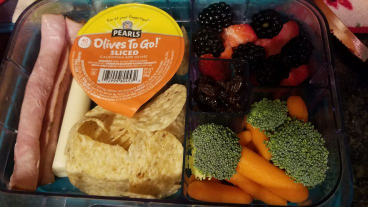 #Coltonslunch Aldi brand uncured ham, string cheese, tostito chips, broccoli & carrots, strawberries & blackberries, a few raisins.