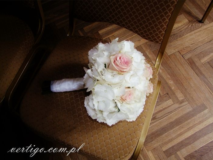 white hydrangea and pink roses bridal bouquet, source: http://www.vertigo.com.pl/projekty/bukiety/