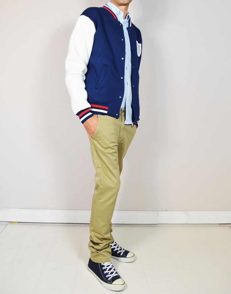 Pantalones chinos beige, combinado con camisa celeste Oxford estampado trasera con bandera inglesa de Inglaterra (England flag) y beisbolera Oxford University. Estilo casual para chicos universitarios en www.tiendas13.com