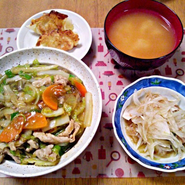 余った餃子の皮にカレー粉で味付けしたポテトサラダと大葉を包んで揚げ焼きに~ - 5件のもぐもぐ - 11月20日 白菜のあんかけ丼 カレーポテトサラダ餃子 お味噌汁 by sakuraimoko