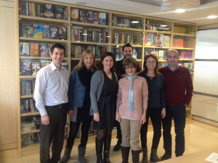 """Η ομάδα των Εκδόσεων Ψυχογιός μαζί με την αγαπημένη συγγραφέα Νικόλ-Άννα Μανιάτη στην υπογραφή του συμβολαίου της για το νέο βιβλίο """"Έκπτωτος Άγγελος""""."""