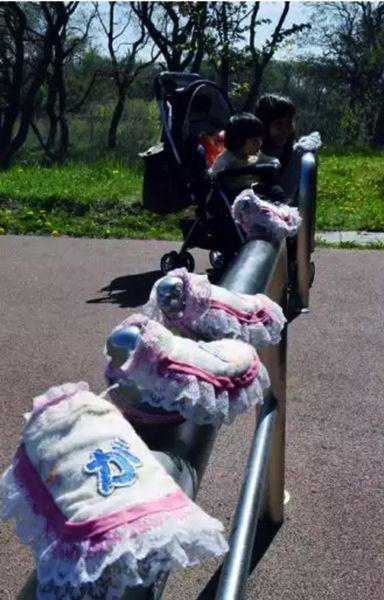 北海道、苫小牧の道の駅 ウトナイ湖。こちらには車止めの鳥が服を着せられるという謎の事案が発生していましたが、現在も続いているようで、最新作は熊本の被災地を応援する内容だそうです。