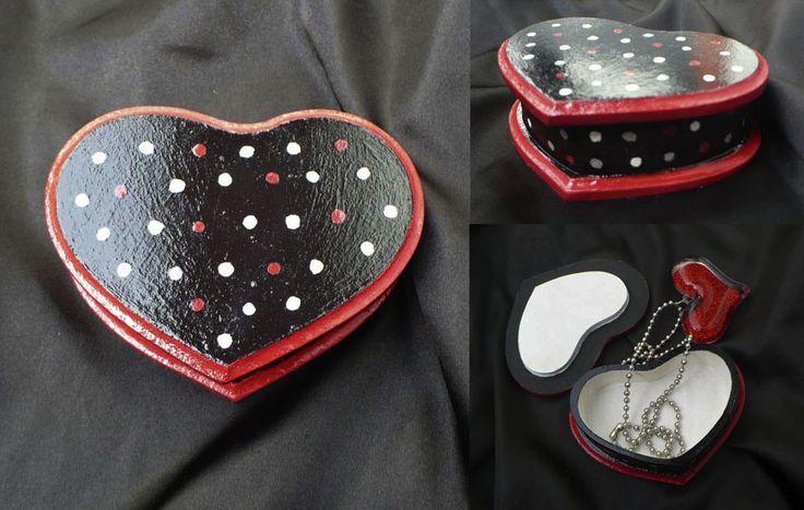 Caja corazón negra con puntos 10x7 cm.