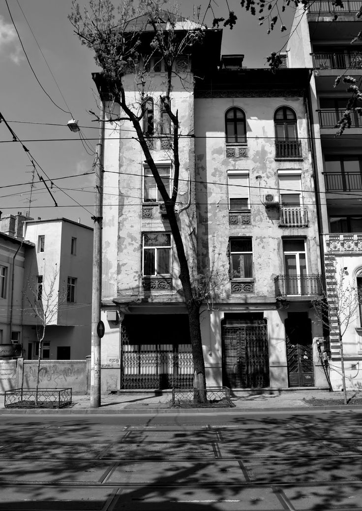 Charming Bucharest: Architecture & shadows