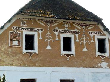 Libotyne, Bursova stavba, bývalá kovárna č.24, na štítu je zde emblém s kovářskými symboly, typické stromky a nápis RENOWACY.Gb LETA PANE18 42 RUO24. To Gb je podpis Jakuba Bursy.