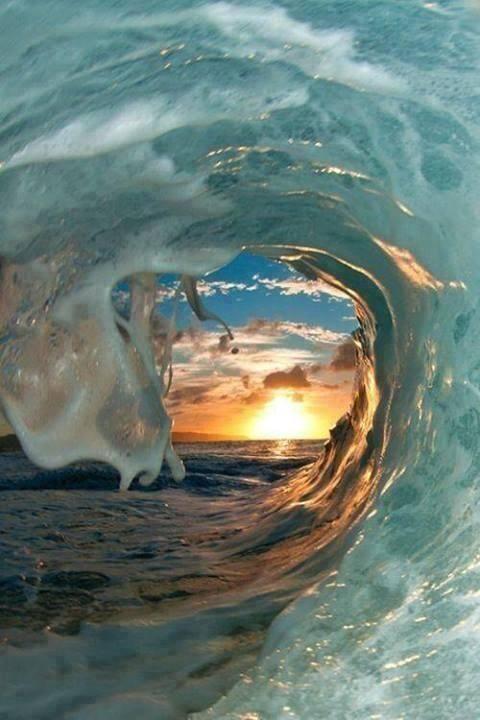 Mooie zonsondergang kijken onder een golf van de zee