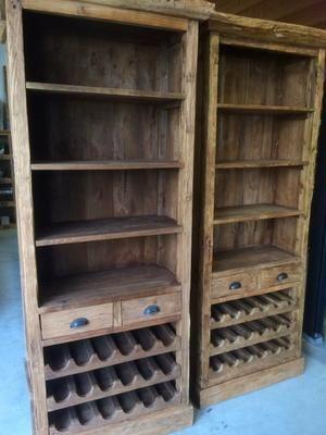 BOEKEN & WIJN OP ÉÉN PLEK!  Deze rustieke kast met gave wijnrekken van zeer robuust gerecycled teakhout heeft een doorleefd karakter. Voldoende ruimte door de grote legplanken, welke tevens te verstellen zijn. Een kast welke 'leeft'!  Afmeting: 84 x 40 x 205 cm (lxdxh)