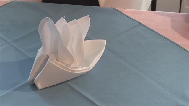 Napkin Folding Style: Bird of Paradise http://www.videojug.com/film/how-to-fold-a-bird-of-paradise-napkin