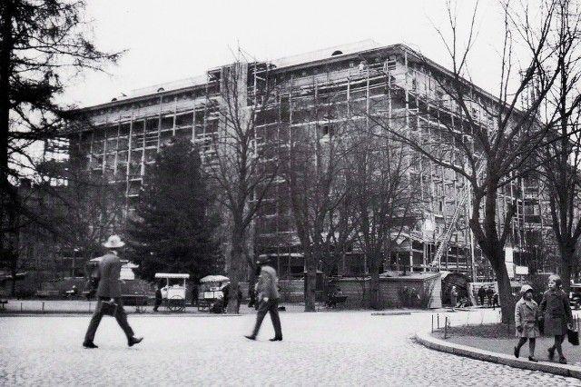 Hämeenkadun länsipäässä sijaitsee poikittain etelä-pohjoissuunnassa Hämeenpuisto. Mainittujen väylien risteyskulmaan valmistui 1920-luvulla 'Tuulensuu'-niminen kuusikerroksinen asuin- ja liiketalo. Kuvasi rakennusvaiheessa kaupungin arkkitehti Bertel Strömmer.