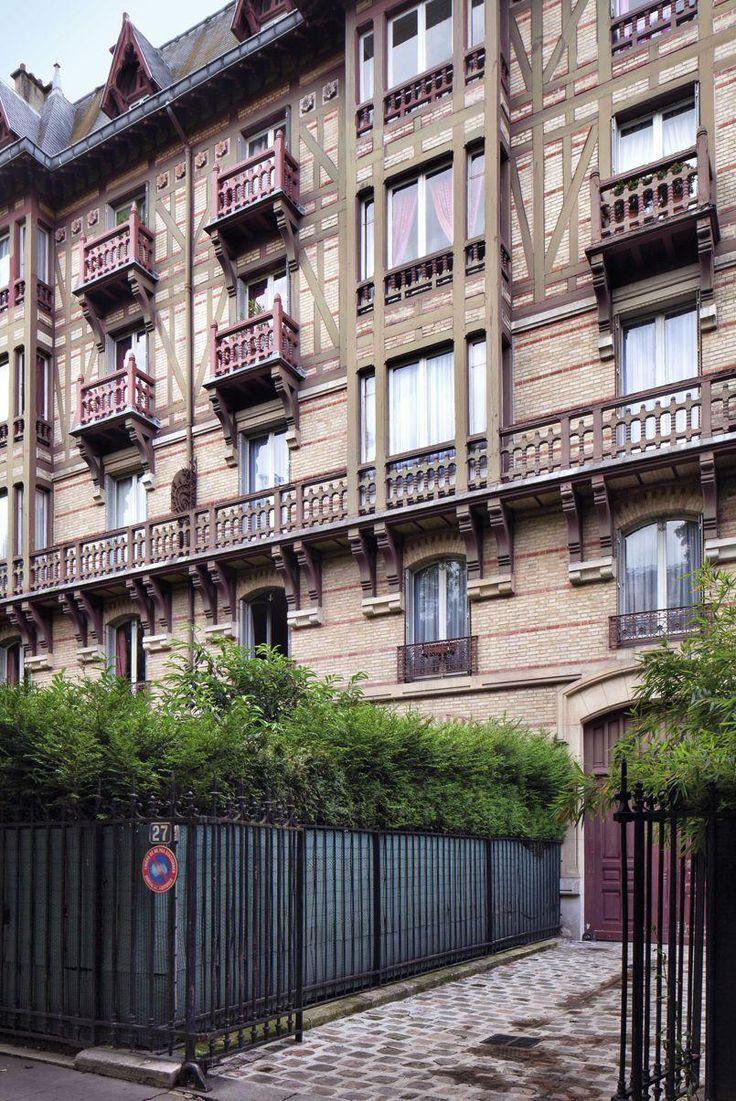 • Un immeuble de rapport en forme de villa néonormande. Situé au 27, avenue George-Mandel (XVIe arrondissement) ce superbe édifice est composé de quatre immeubles qui mêlent moellon, pierre, brique et bois!