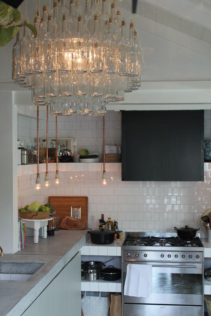De Coole Keuken, ontwerp Erik Gutter, Lamp zelfgemaakt met oude wijnflessen, tegels Praxis, keukenblad zelf gegoten met beton, styling Loods 5