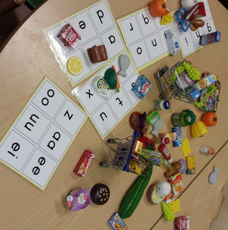 Het letter spel met de mini's van AH. met het karretje boodschappen doen. Benoemen van de boodschappen en sorteren op de beginletter. Ook ander spelletjes doen.