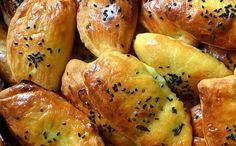 Türkische Teigtaschen (Poğaça)   Für den Teig:     1 Becher Milch,     1/2 Becher Yogurt,     1 Becher Öl,     1 Ei,     1 Packung Hefe,     1 Teelöffel Salz,     1 Teelöffel Zucker,     ca. 4 Becher Mehl  Für die Füllung:     3-4 Kartoffeln,     2 mittlere Zwiebeln,     Salz und geschroteter Chilli