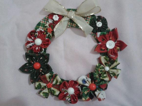 Guirlanda de Natal confeccionada com flores de fuxico. R$15,00
