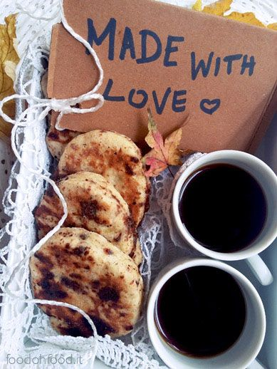Pan goccioli fatti in padella. L'aggiunta della buccia di limone conferisce a questi paninetti un buonissimo profumo che si sposa a meraviglia con il cioccolato fondente.