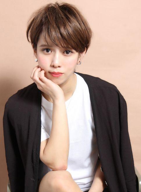 この画像は「可愛い♡が増すヘアスタイルは前髪なしショートヘアだった!」のまとめの1枚目の画像です。
