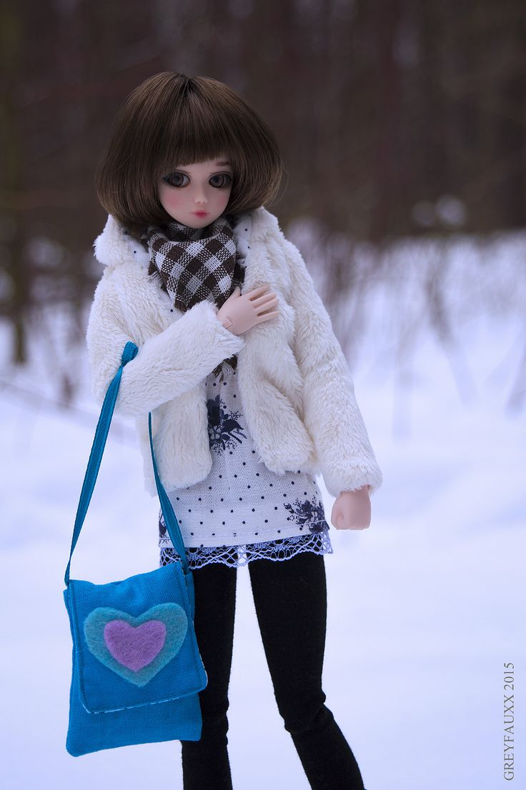 https://flic.kr/p/rg1FqA | City girl in the woods | Obitsu nano Gretel named Eve. Outfit by me - fur coat, scarf, long top, leggins and bag.
