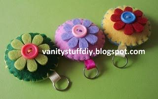 felt pendant - flowers http://vanitystuffdiy.blogspot.com/2013/06/breloczki-z-filcu-na-dzien-dziecka.html