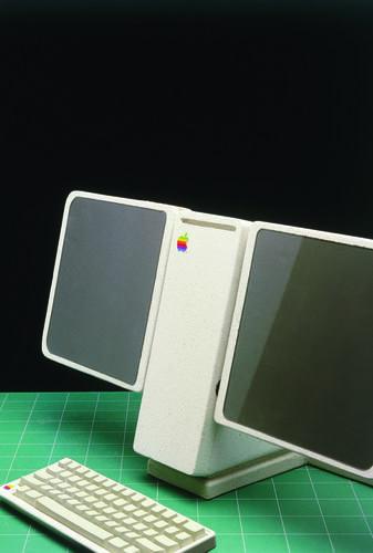 2つのフラットスクリーンを搭載し、従来型キーボードをサポートするワークステーションのプロトタイプを見よ。デュアルモニター構成が消費者の購入できる価格帯になる(そして、ハードウェアがそれをサポートできるようになる)までには、長い年月がかかった。