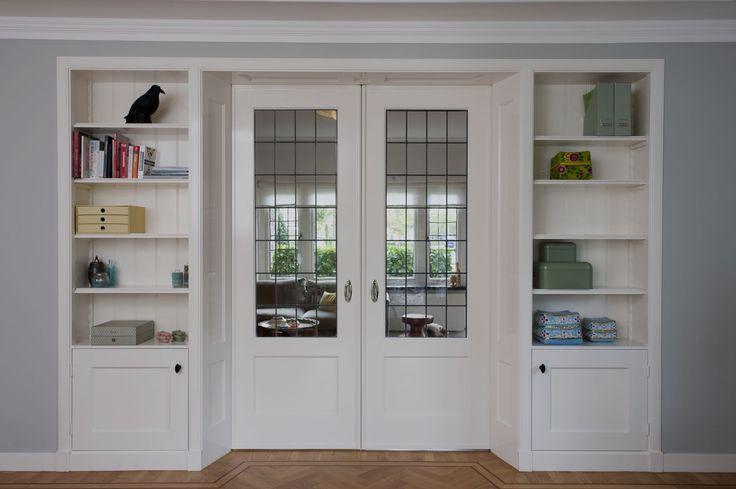 Jaren'30 Kamer en Suite geplaatst in Oss. Glas in Lood met monumentenglas, het lood wordt gepatineerd waardoor het een oud uiterlijk krijgt en de ruitjes worden gekit, zodat deze niet rammelen.