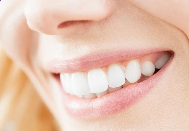 Un remedio casero para blanquear los dientes. Si estás buscando un remedio casero para blanquear los dientes, no dudes en seguir leyendo. Hay muchas razones por las que podemos tener los dientes amarillentos: la alimentación, la mala higiene, la genética -algunas razas tienen los dientes más amarillos que otros- o la edad son algunos factores; pero también podemos revertir esta situación de forma sencilla y natural, sin dañar los dientes y logrando un aspecto más bonit…
