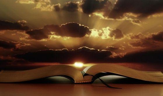 """Mengapa Kitab Suci mengajarkan kebenaran?  Karena Allah sendirilah pengarang Kitab Suci. Atas alasan inilah Kitab Suci disebut """"terinspirasikan"""", dan tanpa kesalahan mengajarkan kebenaran yang perlu untuk keselamatan kita. Roh Kudus menginspirasikan para pengarang yang menuliskan apa yang Dia inginkan untuk mengajar kita. Tetapi, iman Kristen bukanlah """"agama Kitab"""", tetapi agama Sabda Allah – """"bukan kata-kata yang tertulis dan bisu, melainkan Sabda yang menjadi manusia dan hidup""""."""
