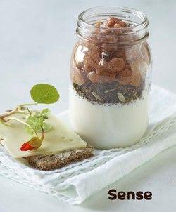 A38 med ymerdrys, rabarberkompot og knækbrød med ost
