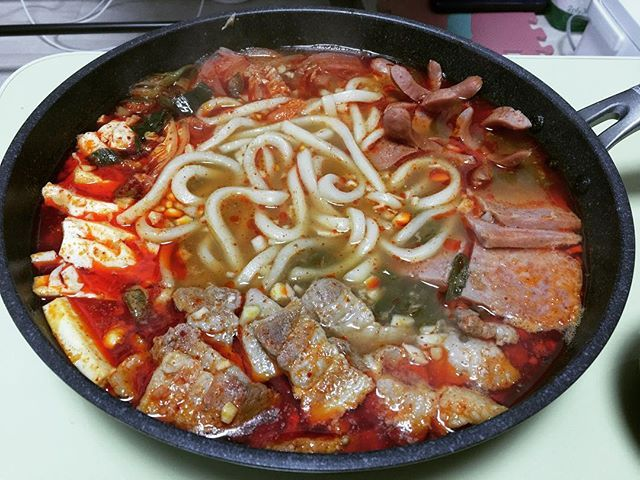 WEBSTA @ byunggunk - 久々のプデチゲ!面倒くて最近食べてなかった、、プデチゲごめんね😭🙏🏿やっぱめっちゃうまい!大好きー😋サムギョプサルいっぱい入れて油が、、やばいwwwでも美味しかった〜오랜만에 부대찌개! 역시마싯닿ㅎㅎ 삼겹살 너무많이넣어서 기름이...ㅋㅋ 그래도 맛잇!!..#食べ物 #料理 #韓国料理 #プデチゲ  #美味しい #おいしい #美味しかった #うまい #チゲ #鍋 #おうちごはん #うちごはん #お家ごはん #먹스타그램 #맛스타그램 #인스타푸드 #부대찌개 #찌개  #food #delicious