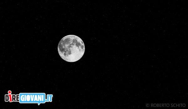 Titolo: Se ti senti solo guarda la Luna 2) È tutta colpa della luna, quando si avvicina troppo alla terra fa impazzire tutti. (William Shakespeare)  Nome dell'Autore: Roberto Schito