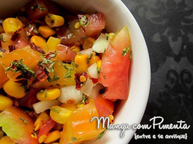 Salsa ou Salada de Tomate e Milho, perfeito para o almoço de verão. Clique na imagem para ver a receita no Manga com Pimenta.